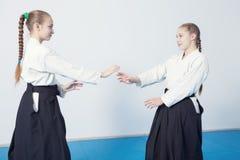 两个女孩实践合气道 免版税图库摄影