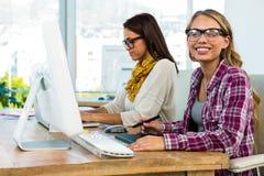 两个女孩工作在办公室 免版税库存照片
