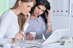 两个女孩工作 免版税库存图片