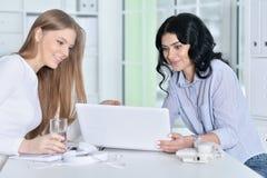 两个女孩工作 免版税库存照片