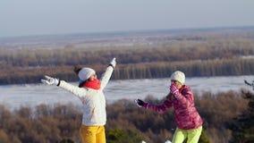 两个女孩投掷雪 慢的行动 股票录像