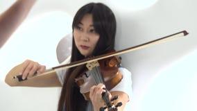 两个女孩指法弹在小提琴的串 关闭 股票视频