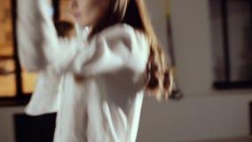 两个女孩排练舞蹈 股票视频