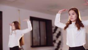 两个女孩排练舞蹈 影视素材