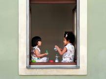 两个女孩有食物和交谈在街道食物节日德累斯顿27 07 2017年 免版税库存照片