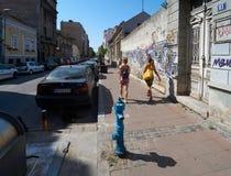 两个女孩步行在老贝尔格莱德 免版税图库摄影