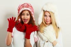 两个女孩温暖获得冬天的衣物乐趣 库存图片