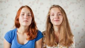 两个女孩由网络摄影沟通 股票录像