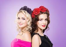 两个女孩秀丽画象花冠状头饰的 免版税库存图片