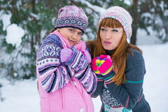 两个女孩获得乐趣在冬天 库存图片