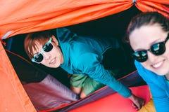 两个女孩获得乐趣在帐篷野营附近 免版税库存图片