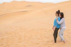两个女孩获得乐趣在沙漠在纳米比亚 免版税库存图片
