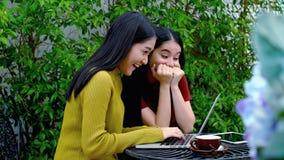 两个女孩被激发得到在互联网上的一个好消息 库存图片