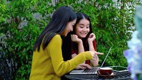 两个女孩被激发得到在互联网上的一个好消息 库存照片