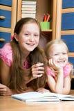 两个女孩读书 免版税图库摄影