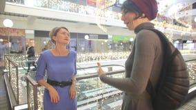 两个女孩谈话在购物中心的阳台 影视素材