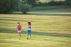 两个女孩跑步 图库摄影