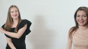 两个女孩跳舞在慢动作的白色背景 影视素材