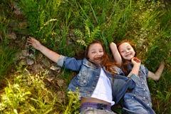 两个女孩画象在森林 免版税图库摄影