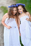 两个女孩画象在森林 免版税库存照片