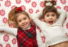 两个女孩画象,在毯子有雪花的,圣诞节假日概念的谎言 库存图片