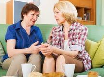 两个女性分享的坏消息 免版税图库摄影