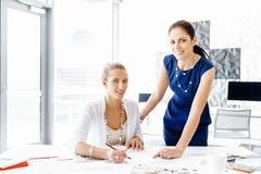 两个女性同事在办公室 库存照片