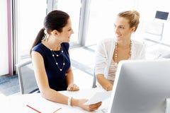 两个女性同事在办公室 免版税库存照片
