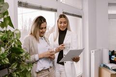 两个女性同事谈论关于工作 库存照片