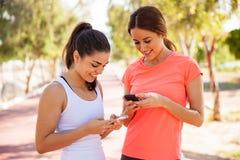 两个女性赛跑者发短信 免版税库存照片