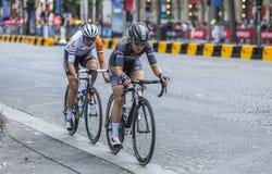 两个女性骑自行车者在巴黎-由Le环法自行车赛20的La路线 库存图片