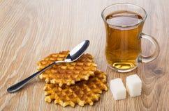 两个奶蛋烘饼、茶,多块的糖和茶匙 图库摄影