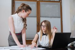 两个妇女商务伙伴在财政决算、统计和文件看 库存图片