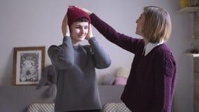 两个妇女朋友一起有乐趣和适合的盖帽 女性朋友 股票录像