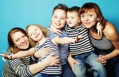 两个妈妈和三个孩子 库存照片
