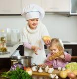两个妹在家厨房 免版税库存照片