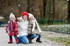 两个姐妹和他们的妈妈在秋天公园 库存图片