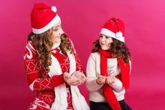 两个姐妹在演播室穿冬天衣裳 免版税库存照片