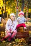 两个姐妹在秋天公园 免版税图库摄影