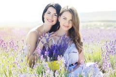 两个姐妹基于淡紫色的紫色领域 库存照片