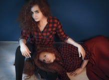 两个姐妹女孩时装模特儿画象与gorgeou的 库存图片