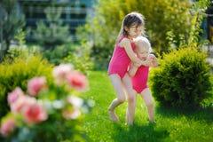两个姐妹获得乐趣户外在夏天 库存照片
