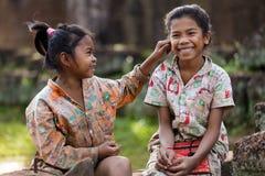 两个嬉戏的亚洲孩子 免版税库存图片
