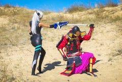 两个字符争斗:武士对从未来的女孩 库存照片