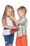 两个孩子吃草莓 免版税库存照片
