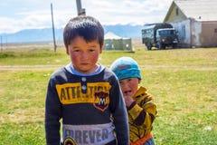两个孩子在村庄 免版税库存图片