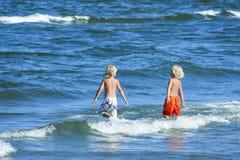 两个孩子在海 免版税图库摄影