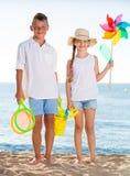 两个孩子玩具海滩 免版税库存图片
