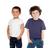 两个孩子用他们的在口袋的手 库存照片