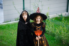 两个孩子,兄弟和姐妹,在衣服打扮为万圣夜 免版税图库摄影